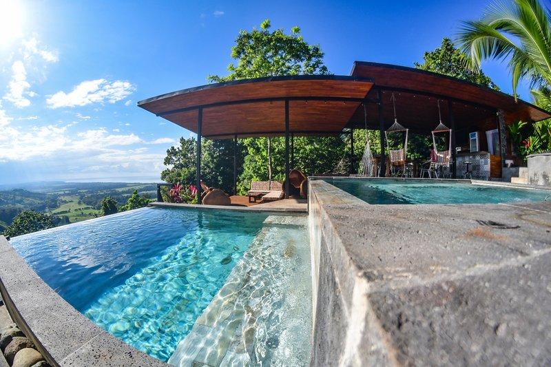 Vue depuis la piscine et le salon (espace commun à la propriété)