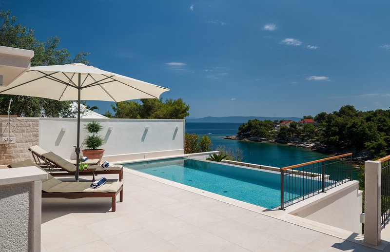 Luxury Waterfront Villa Island of Brac, Croatia, location de vacances à Sumartin