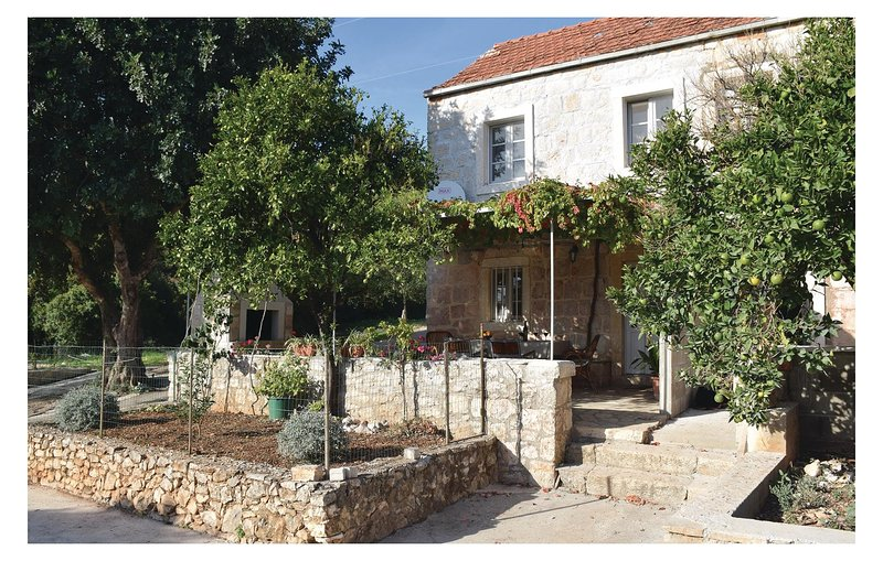 Awesome home in Orebic with WiFi and 2 Bedrooms (CDP505), casa vacanza a Donja Vrucica