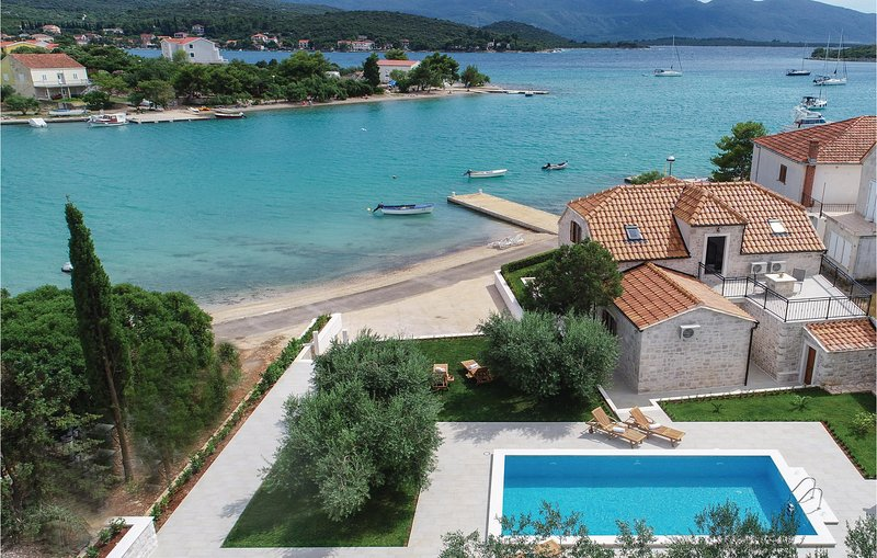 Stunning home in Loviste with WiFi and 3 Bedrooms (CDP490), casa vacanza a Loviste