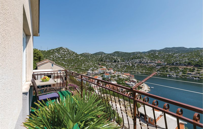 Amazing home in Ploce with WiFi and 3 Bedrooms (CDR208), holiday rental in Rogotin