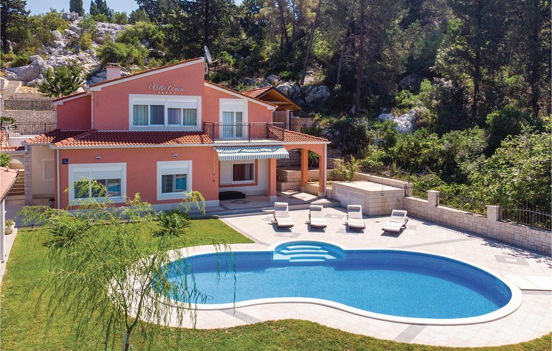 Stunning home in Peracko Blato with WiFi and 4 Bedrooms (CDR215), location de vacances à Bacina