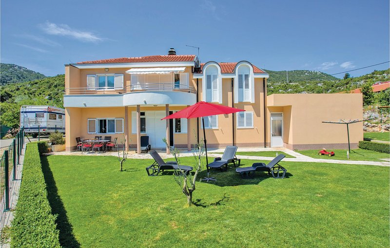 Stunning home in Bacina with WiFi and 3 Bedrooms (CDR211), location de vacances à Bacina