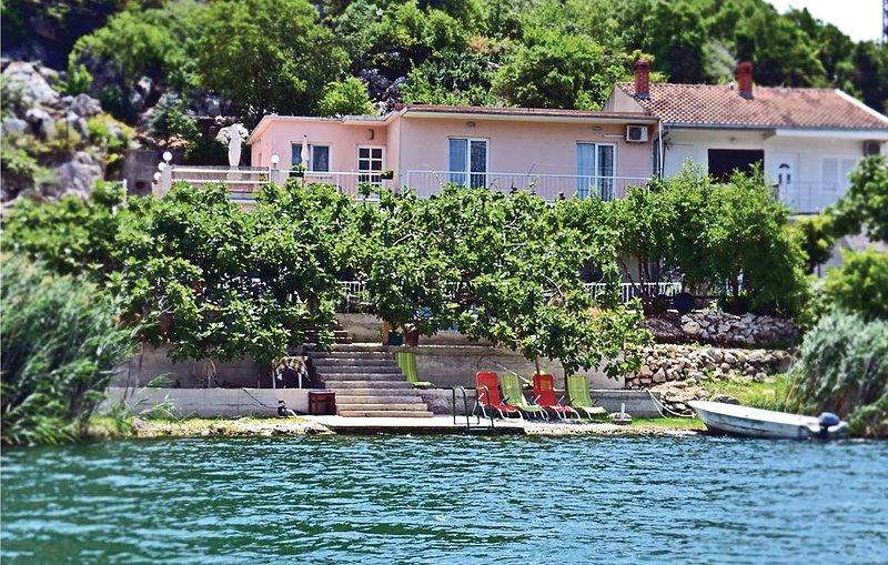 Nice home in Bacinska jezera with WiFi and 3 Bedrooms (CDR204), location de vacances à Bacina