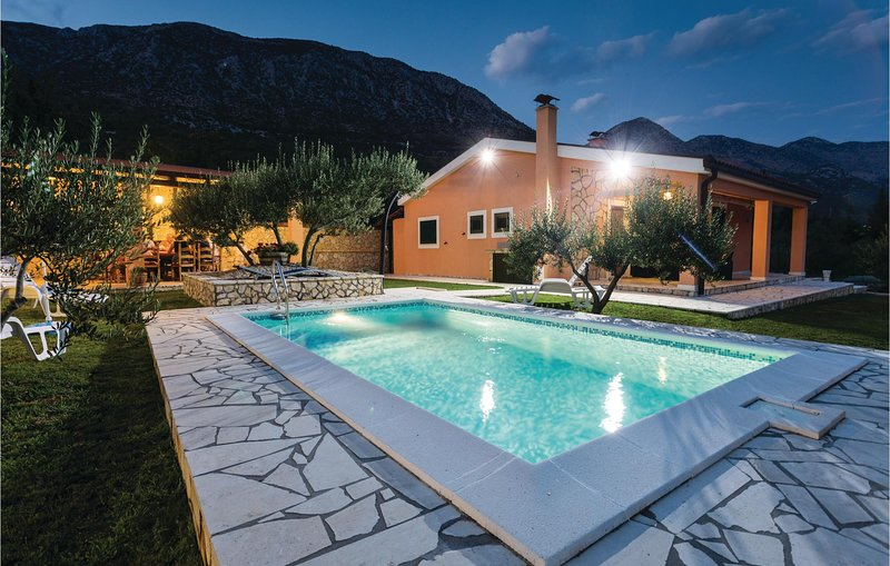 Awesome home in Desne with WiFi and 2 Bedrooms (CDR333), casa vacanza a Opuzen