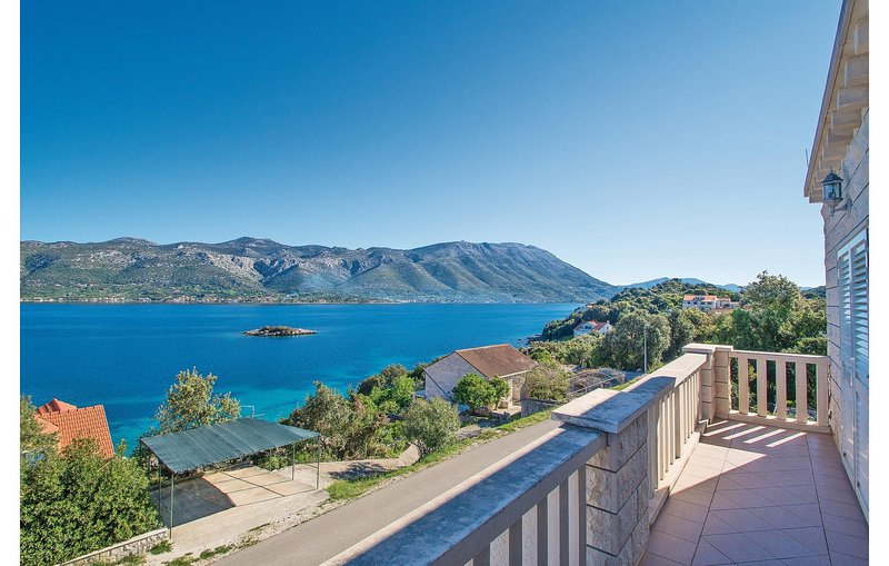 Beautiful home in Korcula with WiFi and 4 Bedrooms (CDS018), vacation rental in Zrnovska Banja