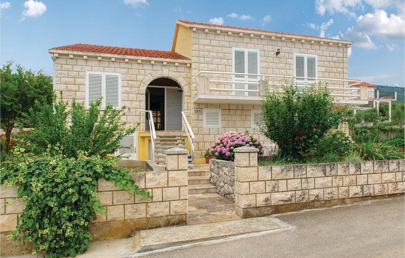 Stunning home in Racisce with WiFi and 2 Bedrooms (CDS042), aluguéis de temporada em Pupnat
