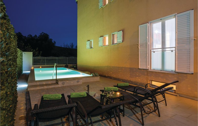 Amazing home in Mlini with WiFi, 3 Bedrooms and Outdoor swimming pool (CDD745), casa vacanza a Celopeci