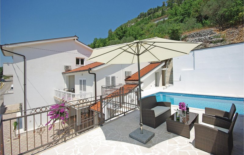 Stunning home in Veliki Prolog with WiFi, 4 Bedrooms and Outdoor swimming pool (, holiday rental in Vrgorac