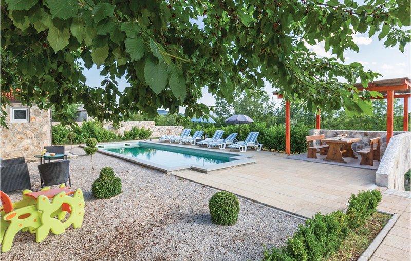 Amazing home in Ugljane with WiFi and 4 Bedrooms (CDE223), casa vacanza a Ugljane