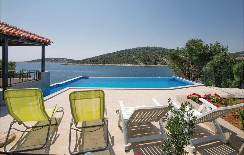 Stunning home in Sevid with WiFi and 4 Bedrooms (CDE465), alquiler de vacaciones en Sevid