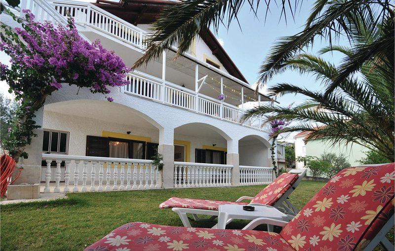 Stunning home in Marina with WiFi and 2 Bedrooms (CDE581), alquiler vacacional en Gustirna