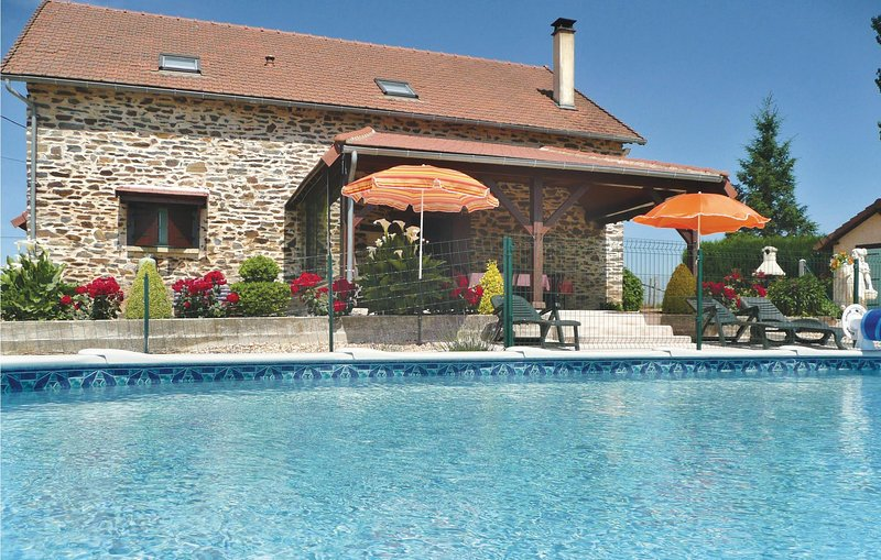 Stunning home in Payzac with Outdoor swimming pool and 3 Bedrooms (FAD018), location de vacances à Savignac-Lédrier