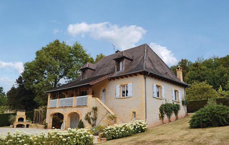 Nice home in Le Lardin with WiFi and 3 Bedrooms (FAD058), holiday rental in Les Farges