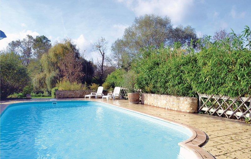 Stunning home in Monestier with WiFi and 2 Bedrooms (FAD083), location de vacances à Loubes-Bernac