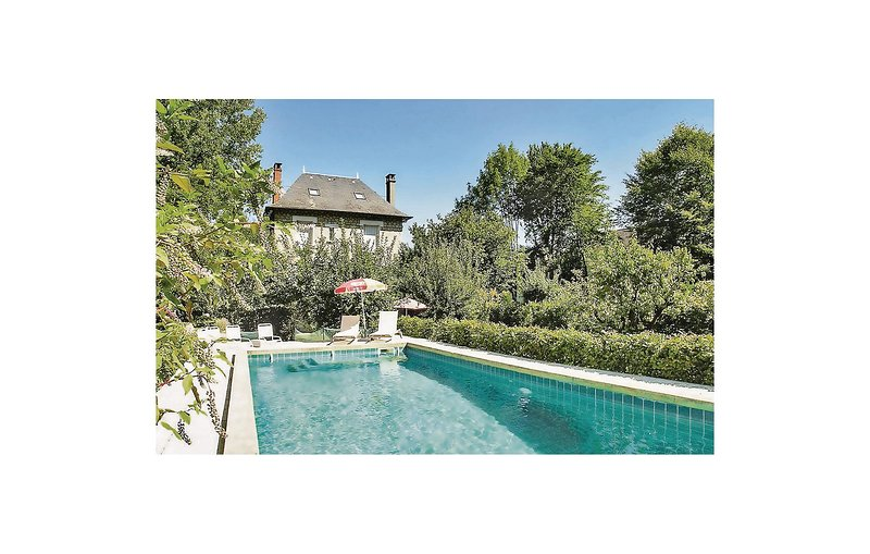 Stunning home in Terrasson-Lavilledieu with WiFi and 5 Bedrooms (FAD098), holiday rental in La Feuillade