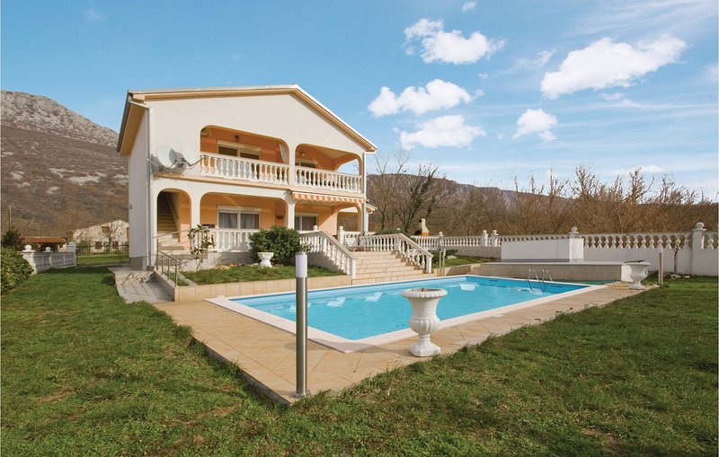 Amazing home in Tribalj with Outdoor swimming pool, WiFi and 3 Bedrooms (CKC675), location de vacances à Tribalj