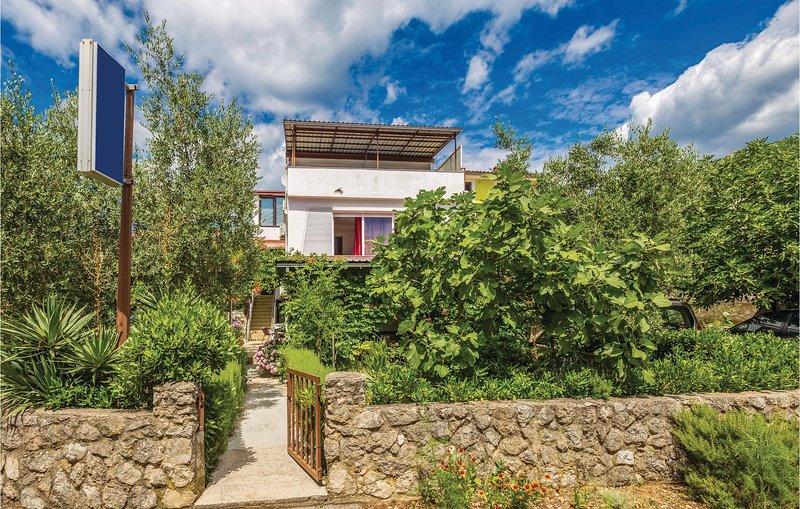 Beautiful home in Krk with WiFi and 3 Bedrooms (CKI005), alquiler de vacaciones en Silo