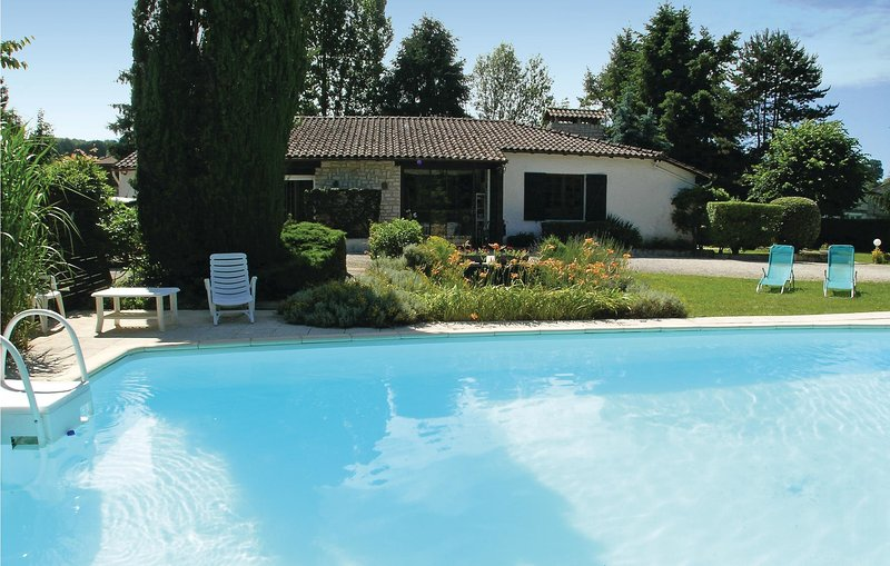 Stunning home in Vergt with WiFi and 3 Bedrooms (FAD128), vacation rental in Vergt