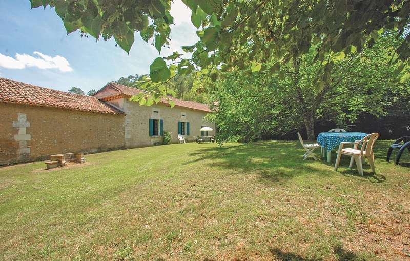 Amazing home in Grignols with 2 Bedrooms (FAD137), holiday rental in Douzillac