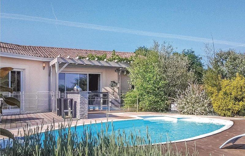 Awesome home in ST-MICHEL-L'ECLUSE/Le- with WiFi and 4 Bedrooms (FAD273), location de vacances à Les Eglisottes-et-Chalaurès