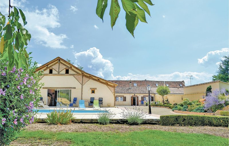 Awesome home in St Pierre d'Eyraud with WiFi and 3 Bedrooms (FAD133), holiday rental in Le Fleix