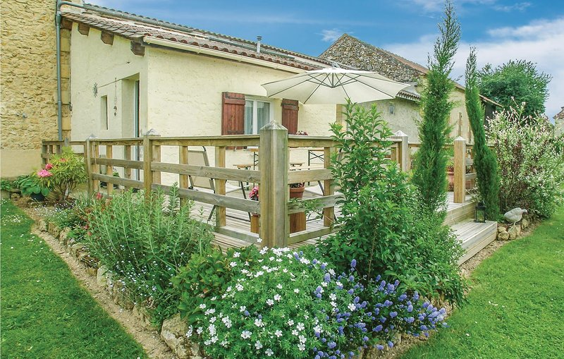 Nice home in Saint - Agne with WiFi, Outdoor swimming pool and 2 Bedrooms (FAD37, holiday rental in Creysse