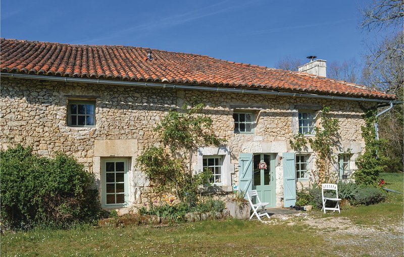 Nice home in St Fel. de Bourdeilles with Outdoor swimming pool and 3 Bedrooms (F, holiday rental in Mareuil