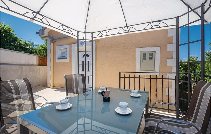 Beautiful home in Rasopasno with WiFi and 1 Bedrooms (CKK092), holiday rental in Rasopasno