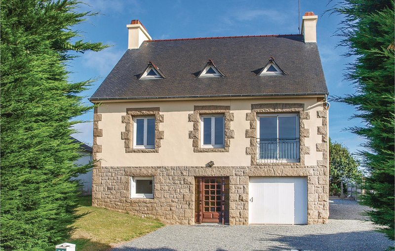 Nice home in Lézardrieux with WiFi and 4 Bedrooms (FBC500), holiday rental in Lezardrieux