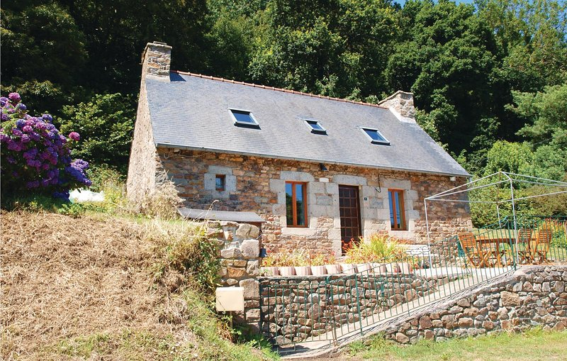 Nice home in Lezardrieux with WiFi and 2 Bedrooms (FBC600), holiday rental in Lezardrieux