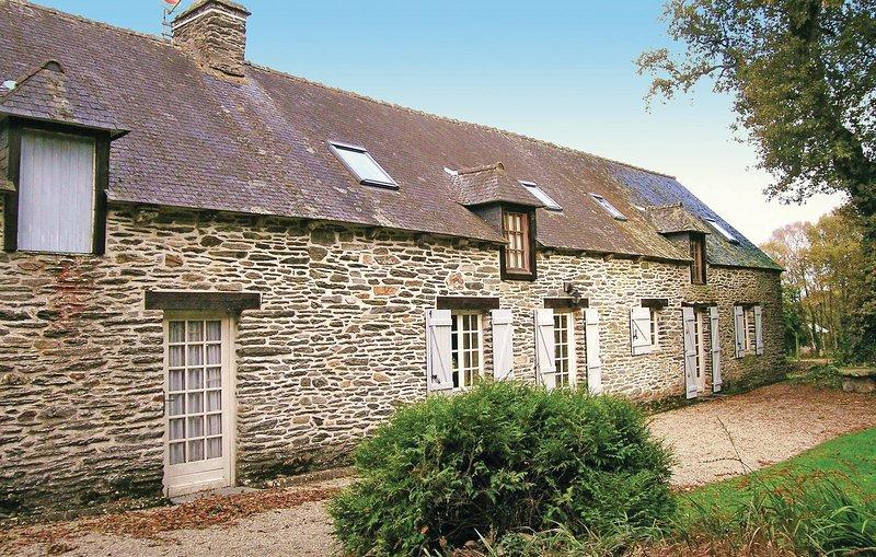 Nice home in St Mayeux with 4 Bedrooms (FBC552), location de vacances à Mur-de-Bretagne