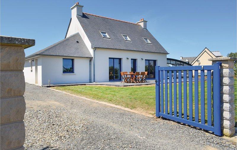 Stunning home in Plouézec with 4 Bedrooms (FBC645), alquiler vacacional en Lanloup