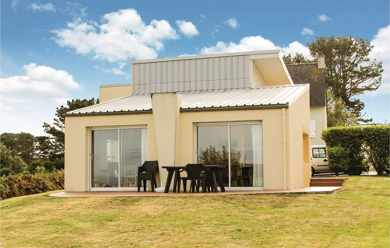 Beautiful home in Plouarzel with WiFi and 3 Bedrooms (FBF022), casa vacanza a Lanildut