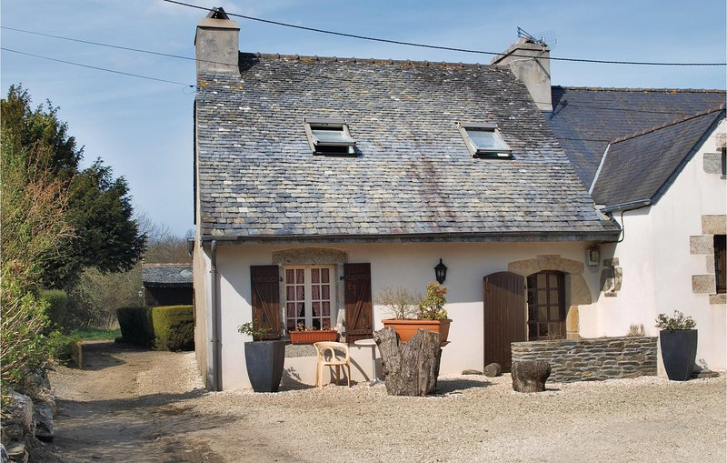 Nice home in Garlan with WiFi and 2 Bedrooms (FBF058), holiday rental in Plouegat-Guerand