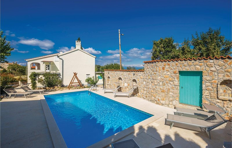 Stunning home in Malinska with WiFi and 2 Bedrooms (CKK593), holiday rental in Rasopasno