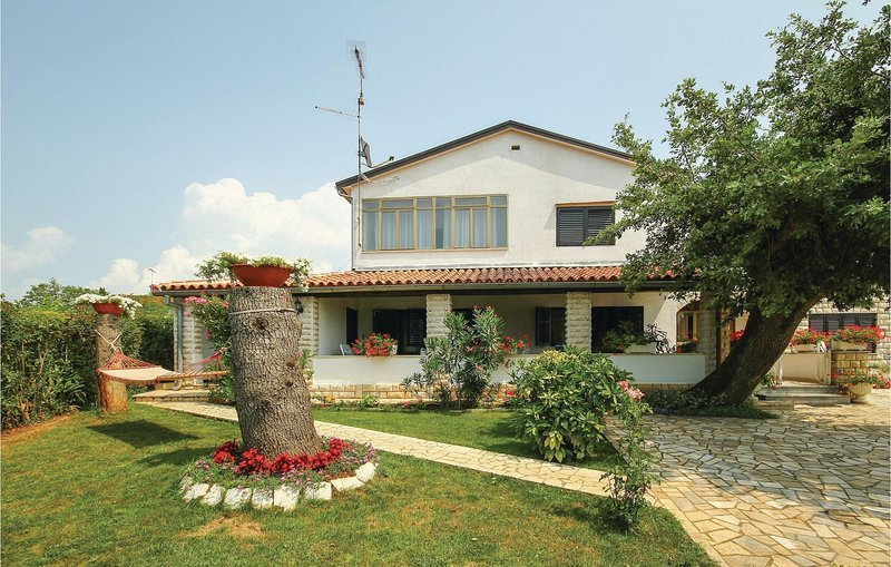 Stunning home in Porec with WiFi and 3 Bedrooms (CIE108), location de vacances à Kukci
