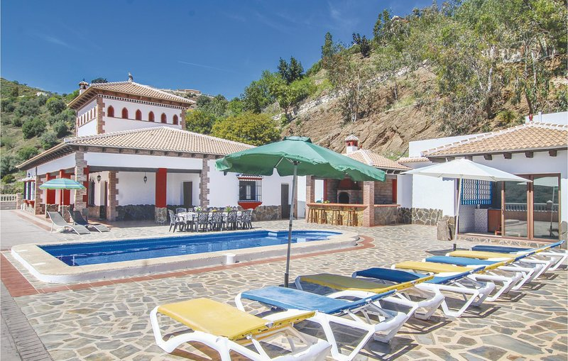 Stunning home in Sayalonga with WiFi and 5 Bedrooms (EAN784), holiday rental in Sayalonga