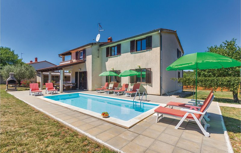 Stunning home in Porec with WiFi and 3 Bedrooms (CIE349), holiday rental in Fuskulin