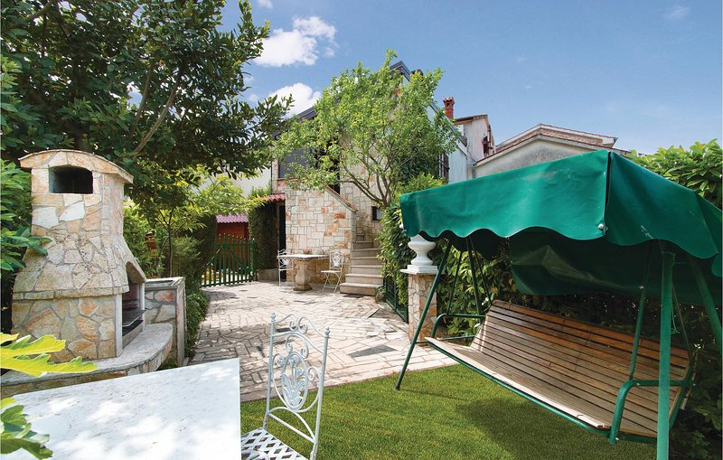 Awesome home in Porec with WiFi and 2 Bedrooms (CIE413), holiday rental in Fuskulin