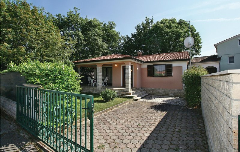 Awesome home in Porec with WiFi and 2 Bedrooms (CIE528), location de vacances à Kosinozici