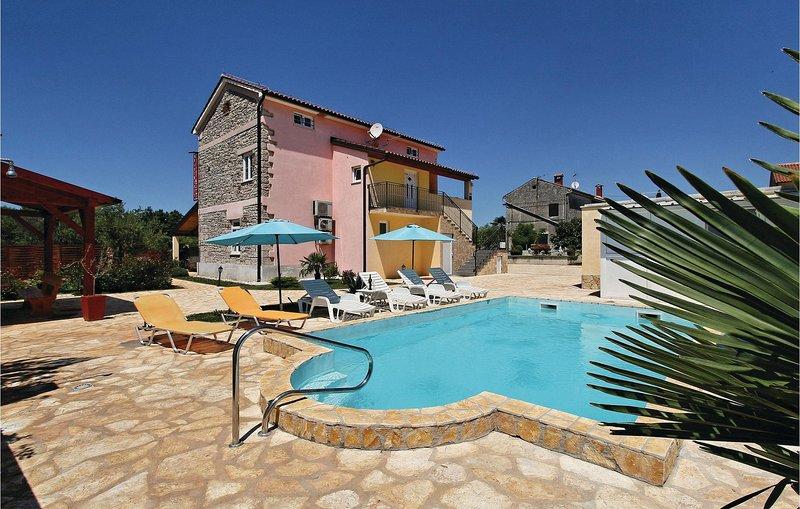 Awesome home in Porec with WiFi and 5 Bedrooms (CIE598), location de vacances à Cervar Porat