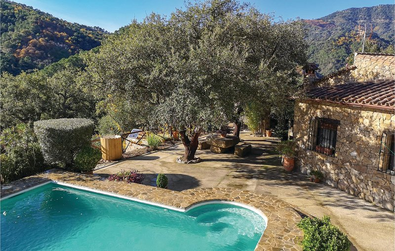 Awesome home in Algatocin with 3 Bedrooms and Outdoor swimming pool (EAS159), alquiler vacacional en Alpandeire