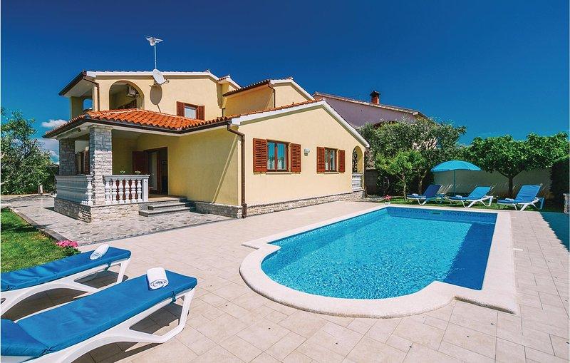 Beautiful home in Fazana with WiFi and 7 Bedrooms (CIF219), aluguéis de temporada em Valbandon