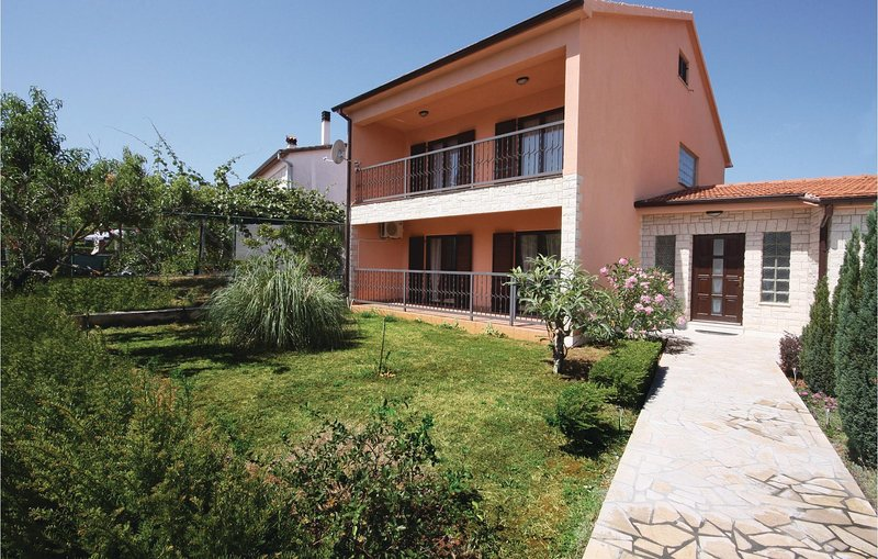 Beautiful home in Fazana with WiFi and 4 Bedrooms (CIF335), holiday rental in Valbandon