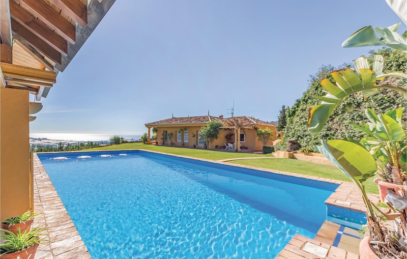 Beautiful home in Motril with Outdoor swimming pool and 4 Bedrooms (EAT014), holiday rental in Velez de Benaudalla