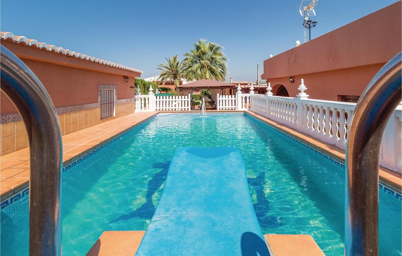 Nice home in Motril with WiFi and 3 Bedrooms (EAT030), alquiler vacacional en Calahonda