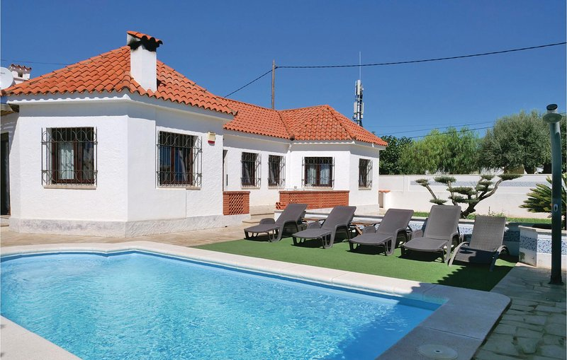 Stunning home in Vinaros with WiFi, 3 Bedrooms and Outdoor swimming pool (EBA068, location de vacances à Alcanar