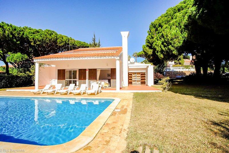 3 Bedroom villa with garden and pool, alquiler vacacional en Vale do Lobo