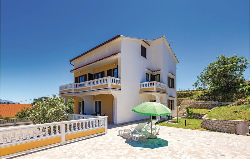 Stunning home in Palit with WiFi and 2 Bedrooms (CKR527), holiday rental in Mundanije